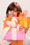 Cadeaux de Noël de fixation de femme Images libres de droits