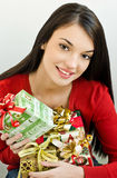 Cadeaux de Noël de fixation de fille Images stock