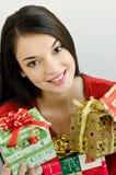 Cadeaux de Noël de fixation de fille Photographie stock
