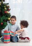 Cadeaux de Noël de fixation de frère et de soeur Images stock