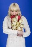Cadeaux de Noël de transport de jeune femme photos stock