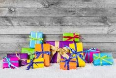 Cadeaux de Noël disposés sur le fond en bois Photos libres de droits