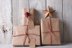 Cadeaux de Noël emballés en papier bruns simples photo libre de droits