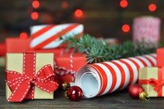 Cadeaux de Noël Emballage des cadeaux de Noël photographie stock libre de droits