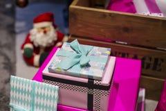 Cadeaux de Noël en papier d'enveloppe de boîtes Image libre de droits