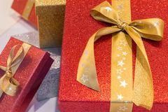 Cadeaux de Noël enfermés dans une boîte merveilleux avec un ruban Photographie stock