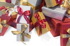 Cadeaux de Noël enfermés dans une boîte merveilleux avec un ruban Photo libre de droits