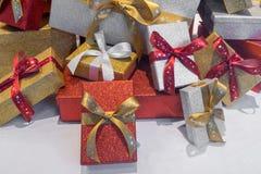 Cadeaux de Noël enfermés dans une boîte merveilleux avec un ruban Photos stock
