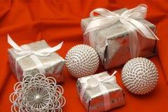 Cadeaux de Noël enveloppés Photographie stock libre de droits