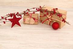 Cadeaux de Noël enveloppés avec le papier brun Image libre de droits