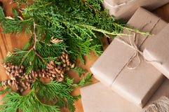 Cadeaux de Noël enveloppés dans l'emballage de papier brun Photographie stock libre de droits
