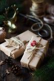 Cadeaux de Noël enveloppés en papier brun de métier Photos libres de droits