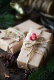 Cadeaux de Noël enveloppés en papier brun de métier Image stock