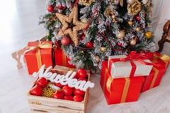 Cadeaux de Noël enveloppés en papier rouge classique, fond avec l'arbre de Noël Concept d'an neuf Copiez l'espace photos stock