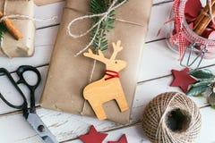 Cadeaux de Noël enveloppés faits maison Photos stock