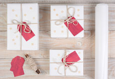 Cadeaux de Noël enveloppés par blanc Images libres de droits