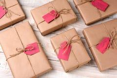 Cadeaux de Noël enveloppés par plaine Image libre de droits