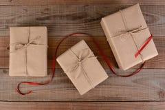 Cadeaux de Noël enveloppés par plaine Images stock