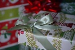 Cadeaux de Noël enveloppés sous l'arbre Photographie stock