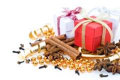 Cadeaux de Noël et épices Photo stock