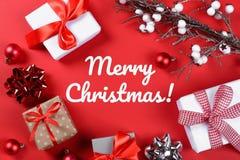 Cadeaux de Noël et accessoires sur le rouge photo libre de droits