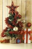 Cadeaux de Noël et arbre de Noël photos stock