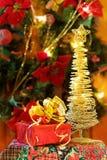 Cadeaux de Noël et arbre d'or Photos libres de droits