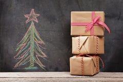 Cadeaux de Noël et arbre de sapin tiré par la main de Noël Image stock