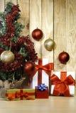 Cadeaux de Noël et arbre de Noël I image stock