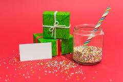 Cadeaux de Noël et bonbons avec un message Image stock