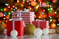 Cadeaux de Noël et boules Photographie stock