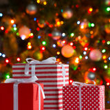 Cadeaux de Noël et boules Image libre de droits