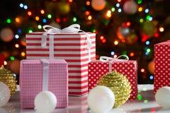 Cadeaux de Noël et boules Image stock