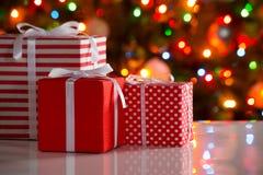 Cadeaux de Noël et boules Images stock