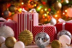 Cadeaux de Noël et boules Photo stock