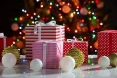 Cadeaux de Noël et boules Images libres de droits