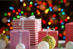 Cadeaux de Noël et boules Photos stock