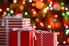 Cadeaux de Noël et boules Photographie stock libre de droits
