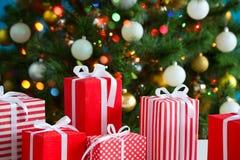 Cadeaux de Noël et boules Photos libres de droits
