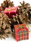 Cadeaux de Noël et cônes d'arbre, sur le blanc Photos libres de droits