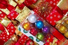 Cadeaux de Noël et cadeaux Photographie stock libre de droits