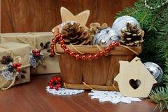 Cadeaux de Noël et décor - carte de vacances Image stock
