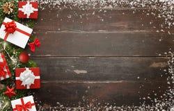 Cadeaux de Noël et décoration d'arbre sur la table en bois avec l'espace libre pour le texte Photo stock