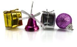 Cadeaux de Noël et décoration sur le fond blanc Photographie stock libre de droits