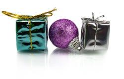 Cadeaux de Noël et décoration sur le fond blanc Photo stock