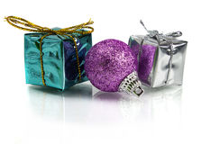 Cadeaux de Noël et décoration sur le fond blanc Image stock