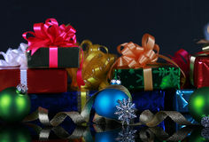 Cadeaux de Noël et décorations Photos stock