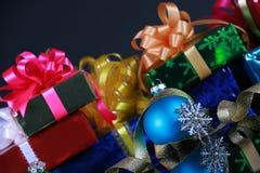 Cadeaux de Noël et décorations Photographie stock