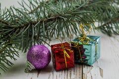 Cadeaux de Noël et jouets de Noël d'isolement sur le fond blanc Image stock