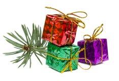 Cadeaux de Noël et jouets de Noël d'isolement sur le fond blanc Photos libres de droits
